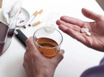 Perché ci dicono di non bere alcolici se stiamo assumendo farmaci?